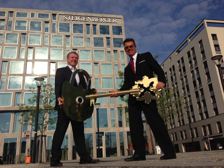 Torsten K. Schulze, Director of the new Steigenberger Hotel Am Kanzleramt, together with Christian Berger, Managing Director of STRAUSS & CO. Development GmbH at the symbolic handing over of the key.