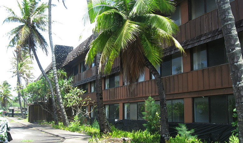 A photo of the Coco Palms building with its row of hotel rooms near the lobby. Wikimedia Commons