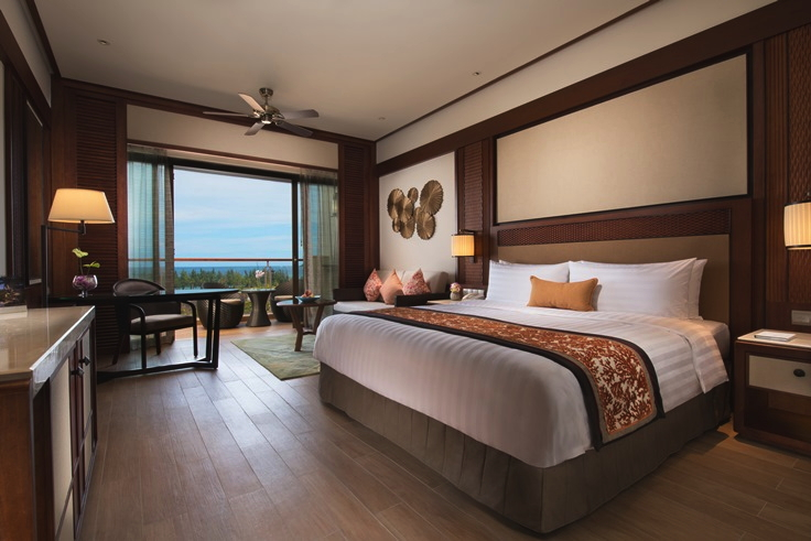 Guest room at Shangri-La�s Sanya Resort & Spa Hainan