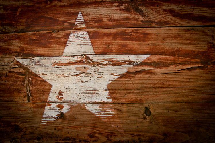 A star on a wooden board - Unsplash Glen Carrie