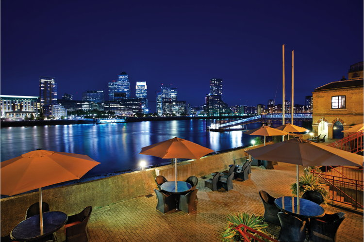 DoubleTree by Hilton London-Docklands Riverside Terrace Bar
