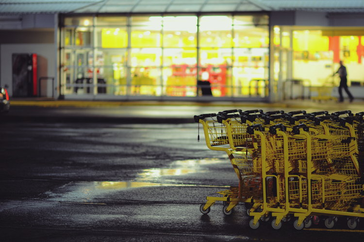 A grocery shopping cart - Unsplash