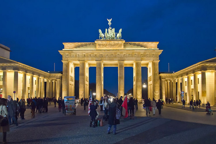 Berlin Brandenburger Tor Abend - Wikimedia Commons - Pedelecs