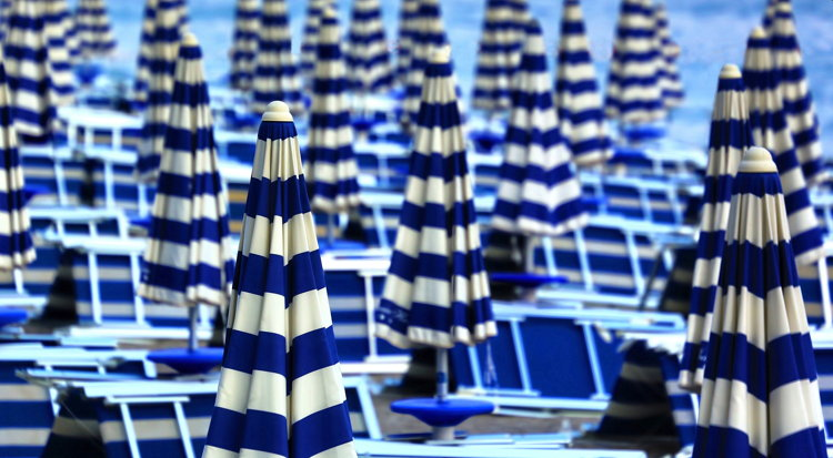 Beach chairs and umbrellas - Photo by Ricardo Gomez Angel on Unsplash