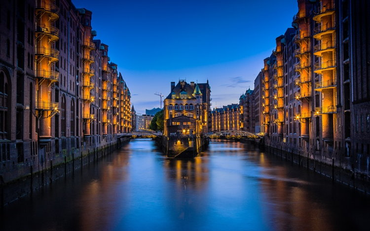 A bridge and buliding in Hamburg - Unsplash - Claudio Testa - Hamburg, Germany
