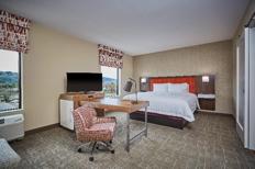 Guest room at theHampton Inn Roseburg, Oregon