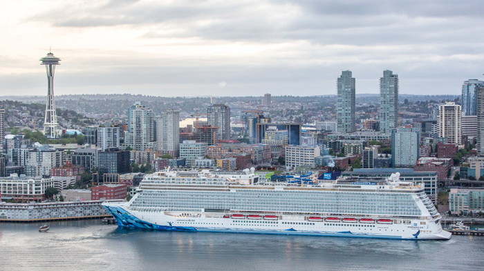 The Norwegian Bliss arrives at Bell Street Pier Cruise Terminal