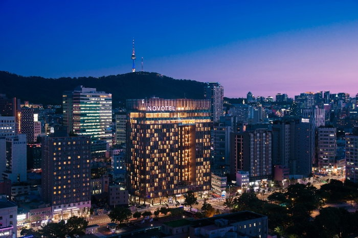 Featuring 523 rooms, the hotel is located within close proximity to major historical sites including Heunginjimun, one of the Eight Gates of Seoul dating back to the 14th century.