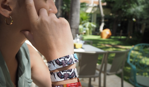 A woman wearing the Meliá bracelet
