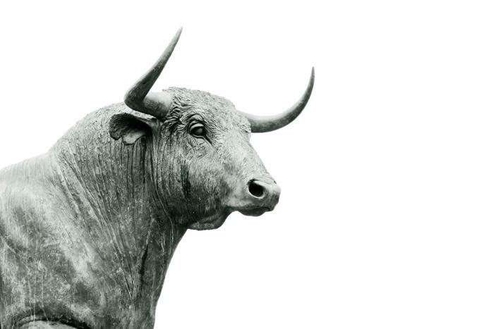 Bull statue - Unsplash Hans Eiskonen